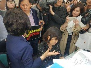 몸싸움, 고성…민주당 vs 한국당, 국회 의안과 '충돌'
