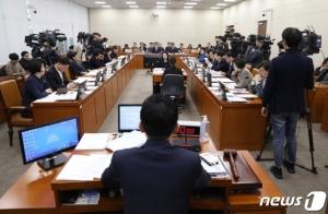 '코로나 총선' 시작? 野 '초기대응 실패'vs與 '한국만 비판'