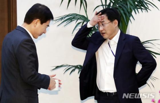 """""""中 가는 한국인, 입국 중국인의 두배까진 아니고.."""" 靑 정정"""
